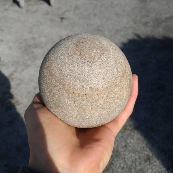Kleiner-Koenig-auf-Sandsteinkugel-Andreas-Magera00