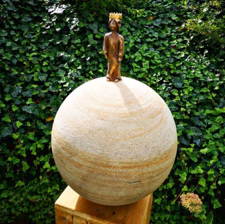 Die kleine Königin Bronze RuhrsandsteinSkulptur Andreas Magera