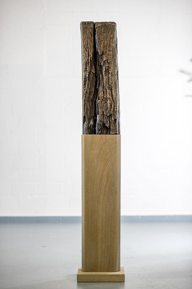 Holz-Bronzeabguss-klein-Sandstein-Stele-Andreas-Magera-00