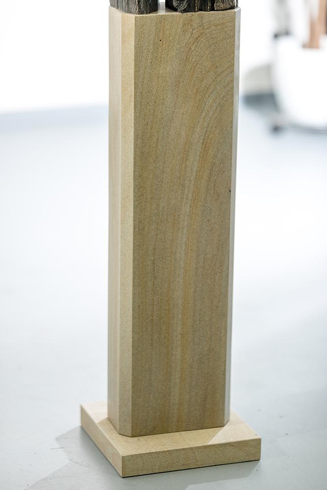Holz-Bronzeabguss-klein-Sandstein-Stele-Andreas-Magera-01